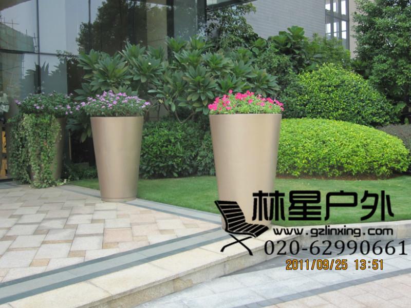 哑光面玻璃钢人物抽象镂空雕塑坐凳      广州番禺厂家生产雕塑小品