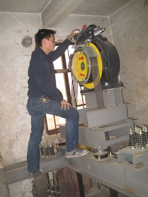 电梯主机抱闸检查调整