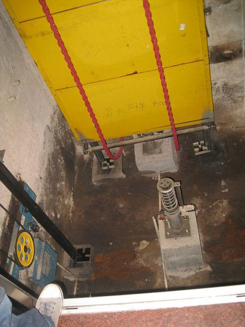 检查电梯地坑