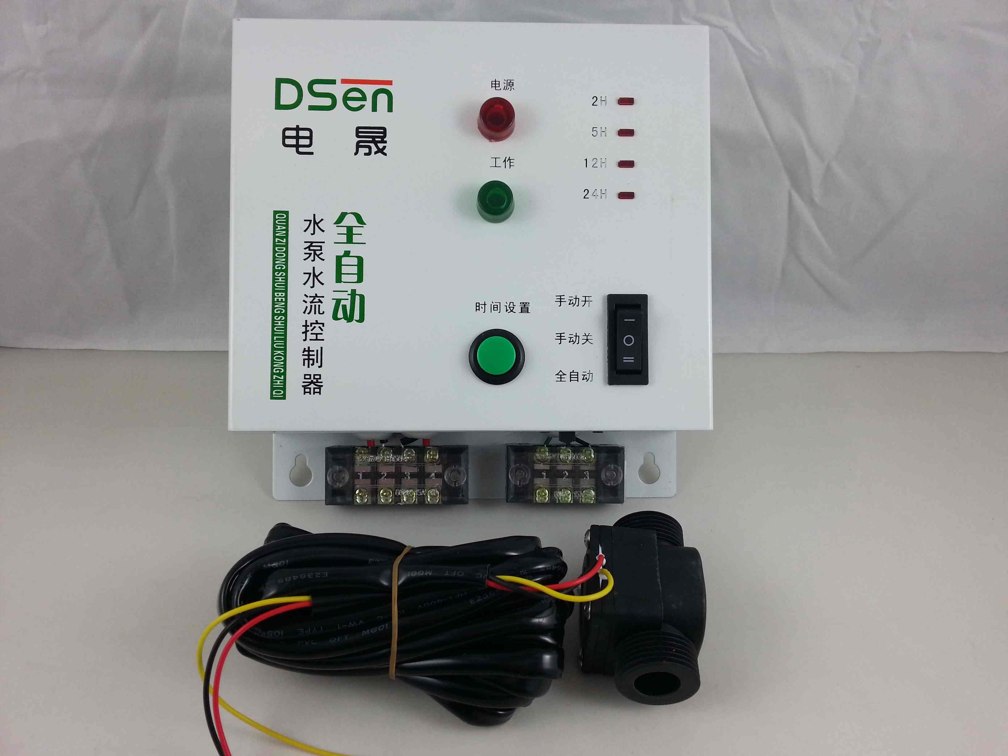 安装简单,将电晟全自动水位控制器插入电源插座,水泵插在控制器上的插孔,水位设定,将高低水位探头放入水塔合适的高低水位位置,共用探头放入水塔水底,即可使用。 状态指示,水泵工作时绿灯亮,待机红灯亮。 功能细述: 额定工作电压:AC220V/50Hz 适用电压:AC180V~250VAC 待机功耗小于2W; 最大负载功率:1800KW 本机净重1KG 本产品与普通水位器最大特点是: 本机为铁壳冲压的; 有4级水位显示,待机功耗小于2W; 有井下或自来水缺水保护水泵; 缺水保护下自动重启功能
