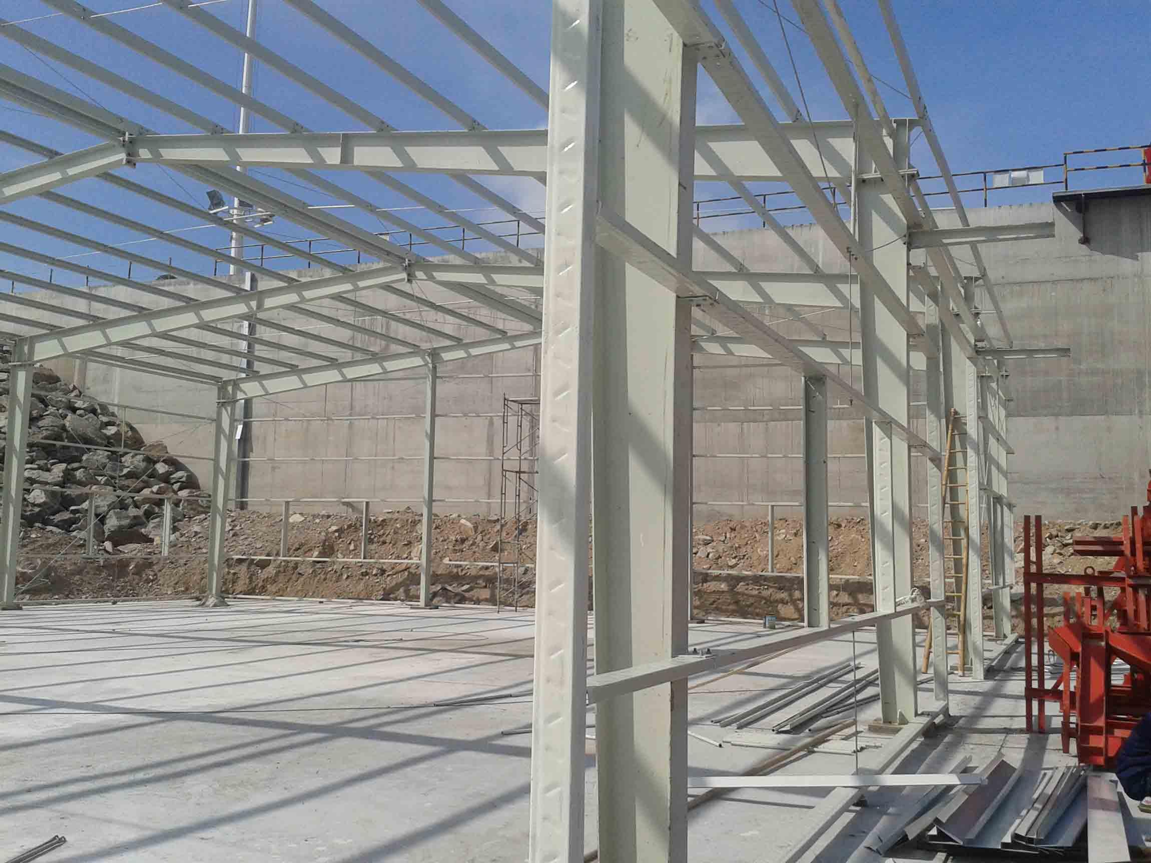 公司介绍: 广州市文创钢结构工程有限公司是中国临建房屋最具规模的企业之一,是文扬拓展集团属下的一个集设计、生产、销售与安装为一体的专业公司。 公司成立于2006年,位于广州市南沙区,工厂占地面积3万平方米,具有年产量150万平方米的生产规模,总投资规模超过一亿元人民币。公司汇聚了临建领域的一大批经验丰富、高素质的专业人才,共有员工500余人,其中中高级工程技术管理人员30多名,有30多个专业的安装班组队伍,年施工安装活动板房120万以上。公司在海南海口建有分公司,在广东、海南地区各大城市均设有办事处,业务