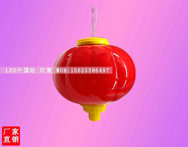 LED灯笼是传统文化与现代科技的完美结合的一个产品。LED灯笼的面世,解决了传统灯笼在使用方面的缺陷,创新之后的LED灯笼增添了新的产品优势。 一经面世得到了政府以及路灯亮化工程的肯定国内节日亮化喜庆产品的必备产品。LEd的创新运用了现代高科技工艺的结合,外壳各方面得改变,光色均匀明亮,整体效果瞬间得提升结构合理,独特的高漫材质抗高低温,不易碎。 采用LLDPE644材料,UV8级。环境温度-40C -+70C度不变形。耐高温,250C度不会熔化。配套结构可安装E型框架结构,安装于路灯杆上面,可单装可对装