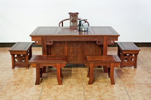 永合红木整合当前中国优秀的古典家居作品,形成完整丰富的系列产品组合,以古典朴实的风格,表现恒久的东方家居文化内涵。 传承古典工艺,结合现代的先进技术,经名师的精雕细琢,生产出极具现代气息又不失古典风韵的红木家居精品。 永合红木的家具,古典而不古老、传统而不失时尚,沉静素雅、经典恒久,将尊贵气质与文化品味完美融合,既有古典家具的高雅神韵,又有西式家具的舒适功用。 永合红木家具,拒绝富丽堂皇、豪华俗艳,摒弃肤浅的流行风尚,其经典品味如经年醇酒、愈久弥香。多年来以自己经典独特的古典风格在业内独树一帜。 永合设计