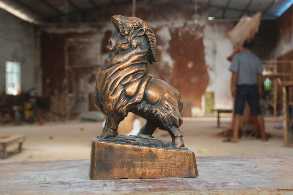 """公司介绍: <a title="""""""" href=""""http://http//www.xinahan.com/"""" target=""""_blank"""">希拿汗雕塑工艺有限公司</a>是一家专业设计、制作景观雕塑、园林雕塑、校园雕塑、大型3D泡沫雕塑打印。各种园林工程。只要生产玻璃钢、铸铜、砂岩、GRC建筑艺术水泥构建,公司发扬务实求新,追求卓越的精神,诚信经营,不断创新,以良好的信誉在激烈的市场竞争中以坚实的步伐向着更高的目标前进"""
