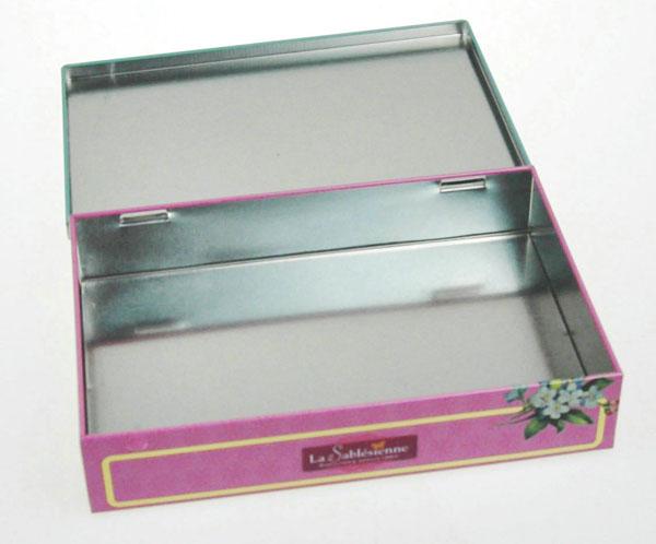 东莞市集美制罐有限公司 是专业生产各类型马口铁和铝制品包装容器的厂家。 本公司专业生产制作: 马口铁盒/罐(用途区分):茶烟酒包装铁盒/罐;食品包装盒/罐(曲奇/朱古力盒、月饼盒、饼干盒/罐、奶粉罐);玩具盒(汽车造型,公仔造型);音像制品盒(DVD盒,CD盒);储物/收纳盒;文具盒;礼品/化妆品盒;小电子产品包装盒(U盘盒、电池盒、手机盒);拉链盒;对产品包装有气密性要求的铁罐(胶水罐、直接裸放咖啡、坚果类食品的焊缝铁罐)等。   铝盒/罐:带螺纹铝盒;不规则形状铝罐。   产品形状多样:方形盒/罐;圆